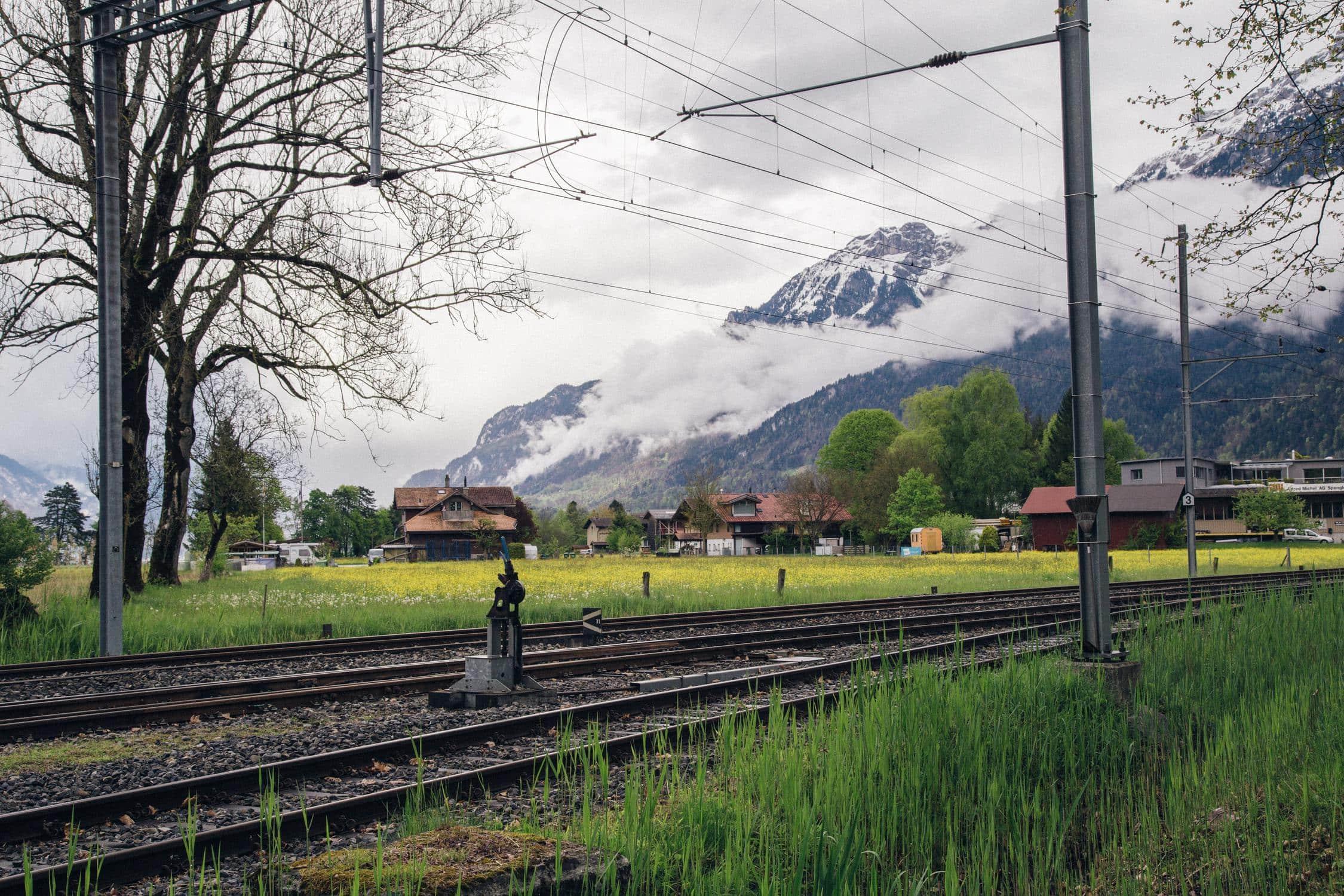 Fotografie in den Bergen mit Schienen, die die Bahnindustrie in Österreich darstellen sollen