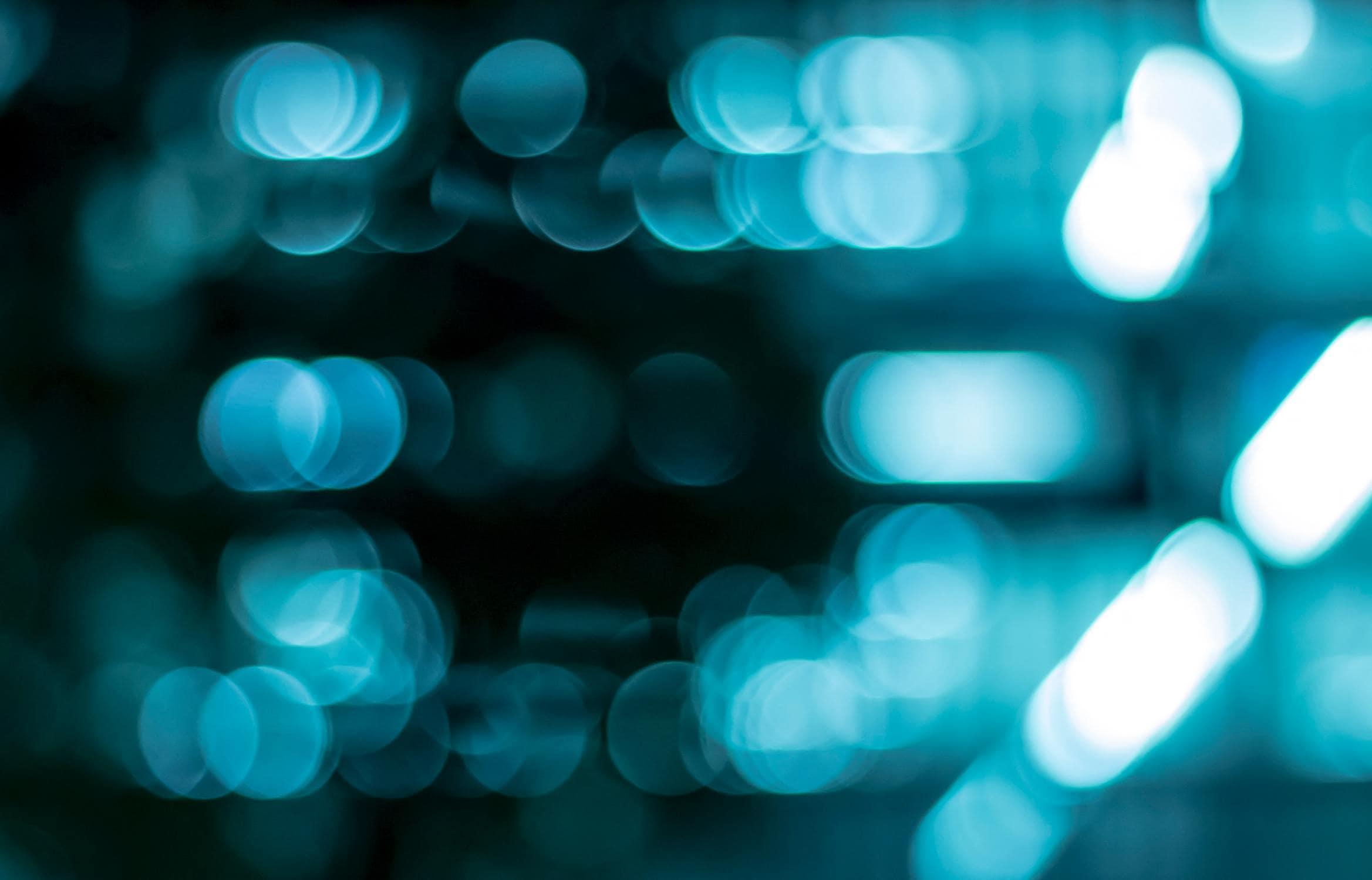 Ein Bild unscharfer Teilchen, das die Frage stellt: Wie funktioniert Beamen?