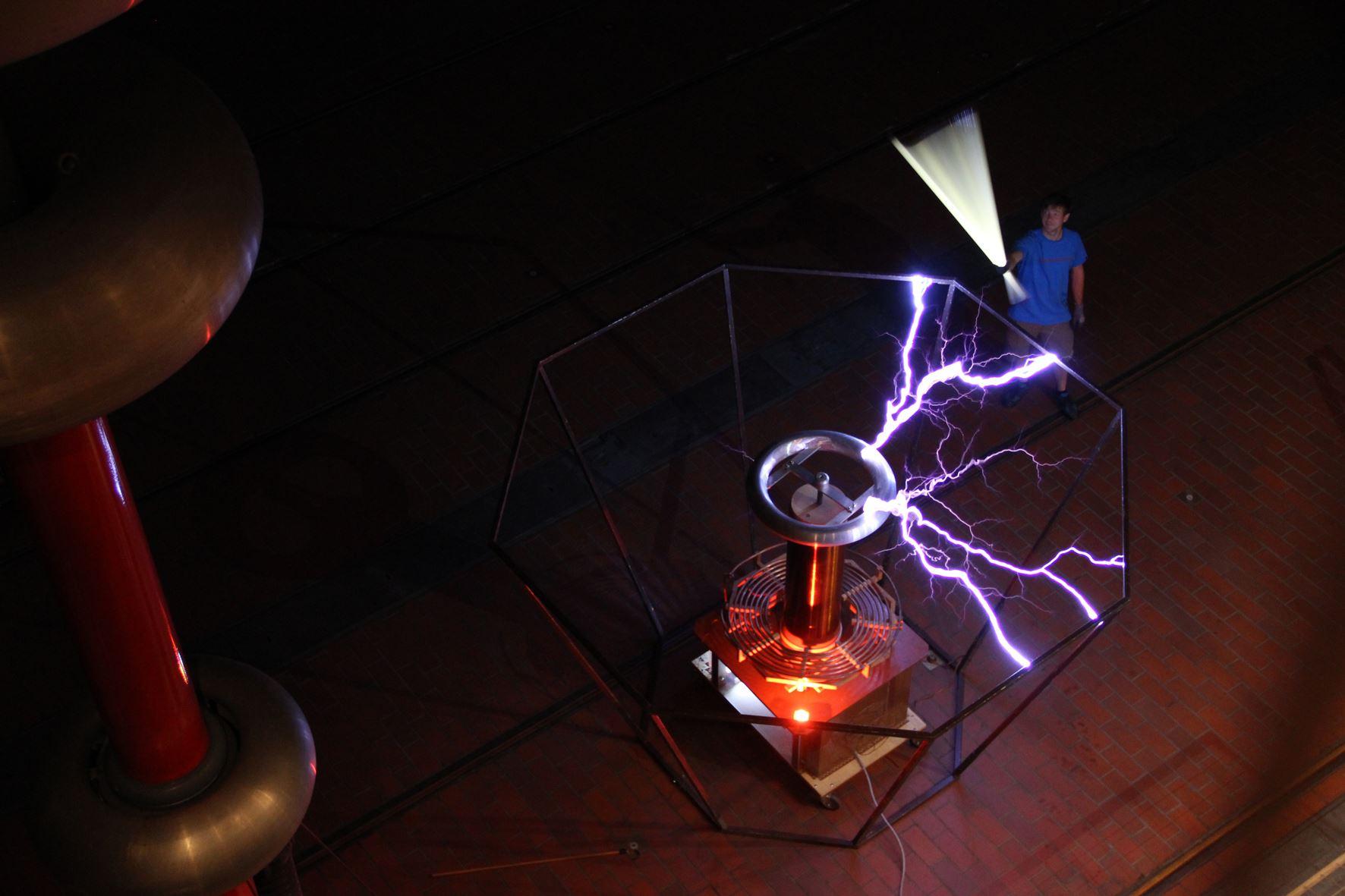 Dieses Bild zeigt einen Elektrotechniker in der Energietechnik bei der Arbeit
