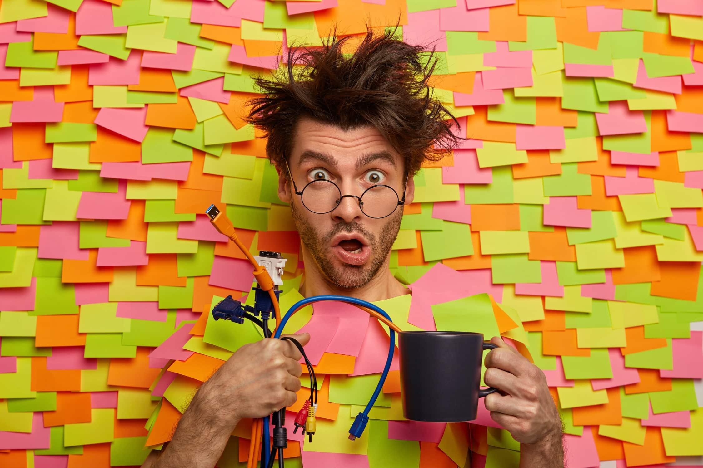 Mann ist schockiert, wenn er an Lehre zur Elektronik denkt
