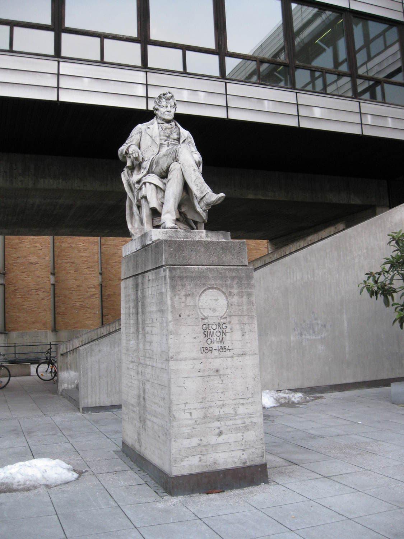 Fotografie eines Denkmals von Georg Simon Ohm