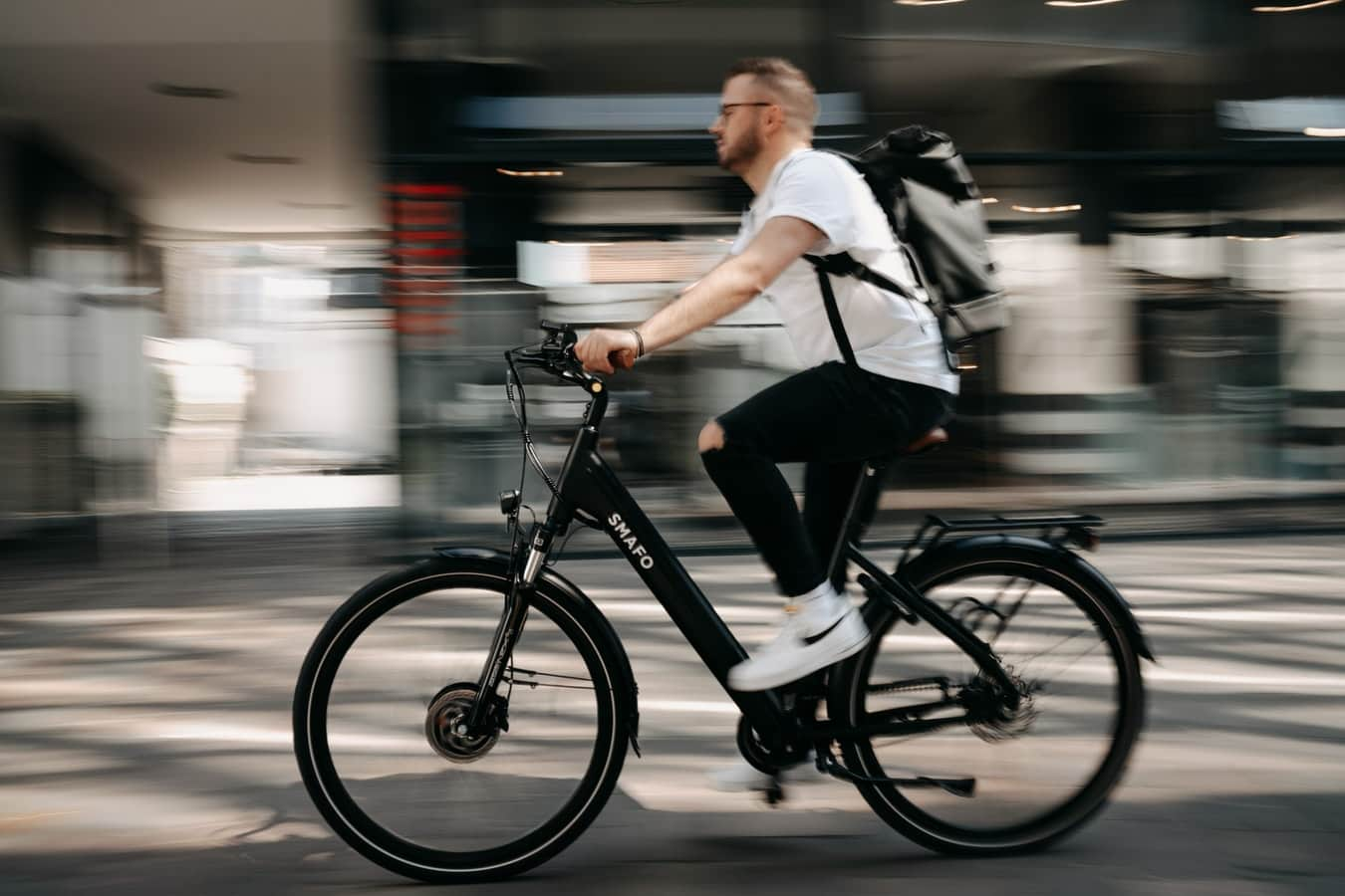 Wenn ein Mann so am E-Bike vorbeiradelt, fragt man sich: Wie funktioniert ein E-Bike!