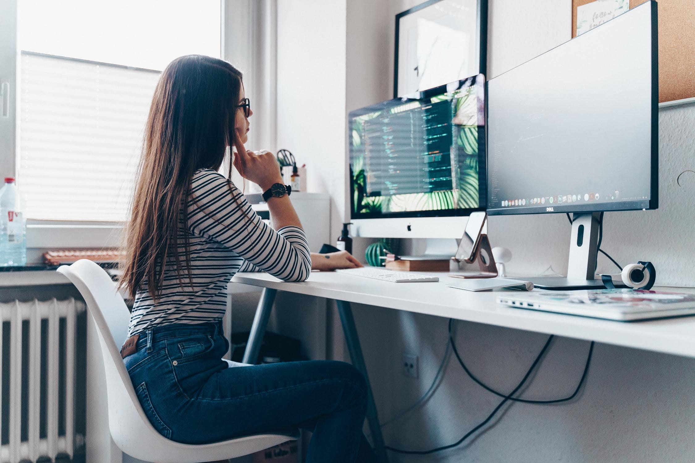Mädchen lernt Programmieren und Coding an HTL mit Schwerpunkt IT/Informationstechnologie