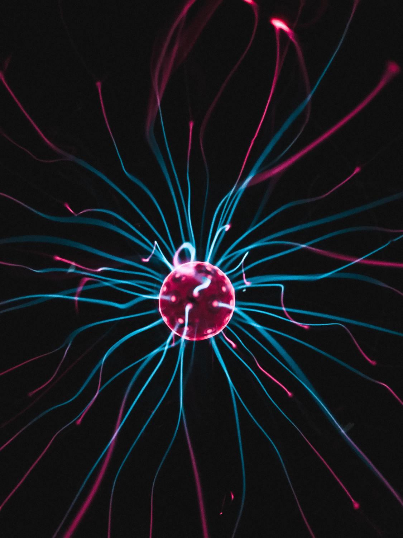 Leuchtendes Teilchen, das die Vielseitigkeit von Physik im Unterricht darstellt
