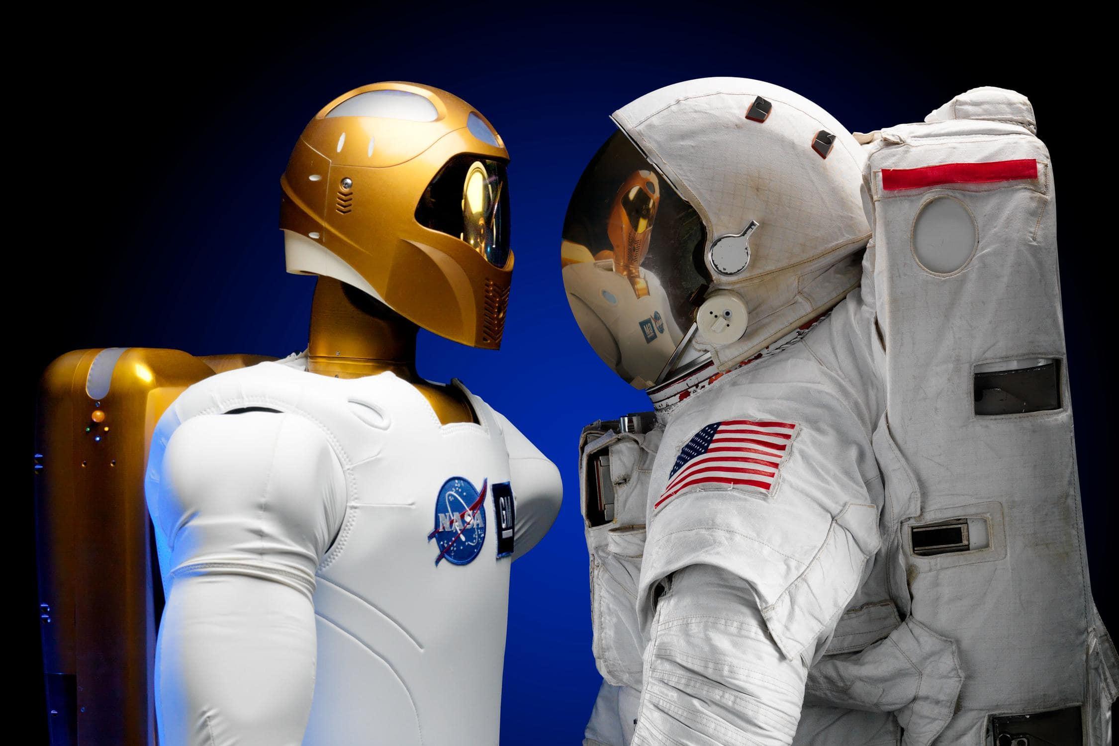 Roboter und Mensch verdeutlichen Konzept von künstlicher Intelligenz, für die es mehr Unterrichtsmaterialien für die Oberstufe braucht