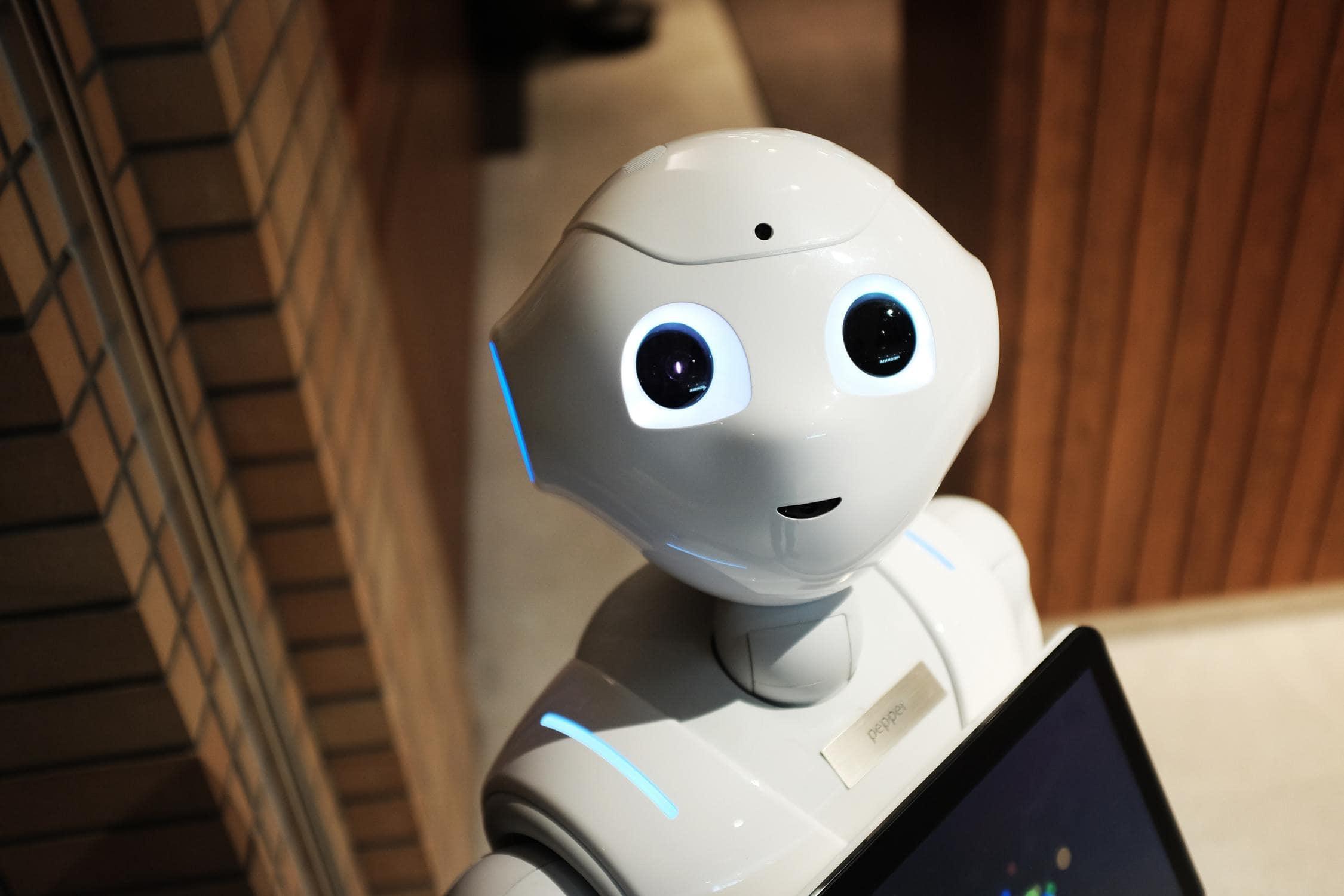 Roboter steht für künstliche Intelligenz im Unterricht