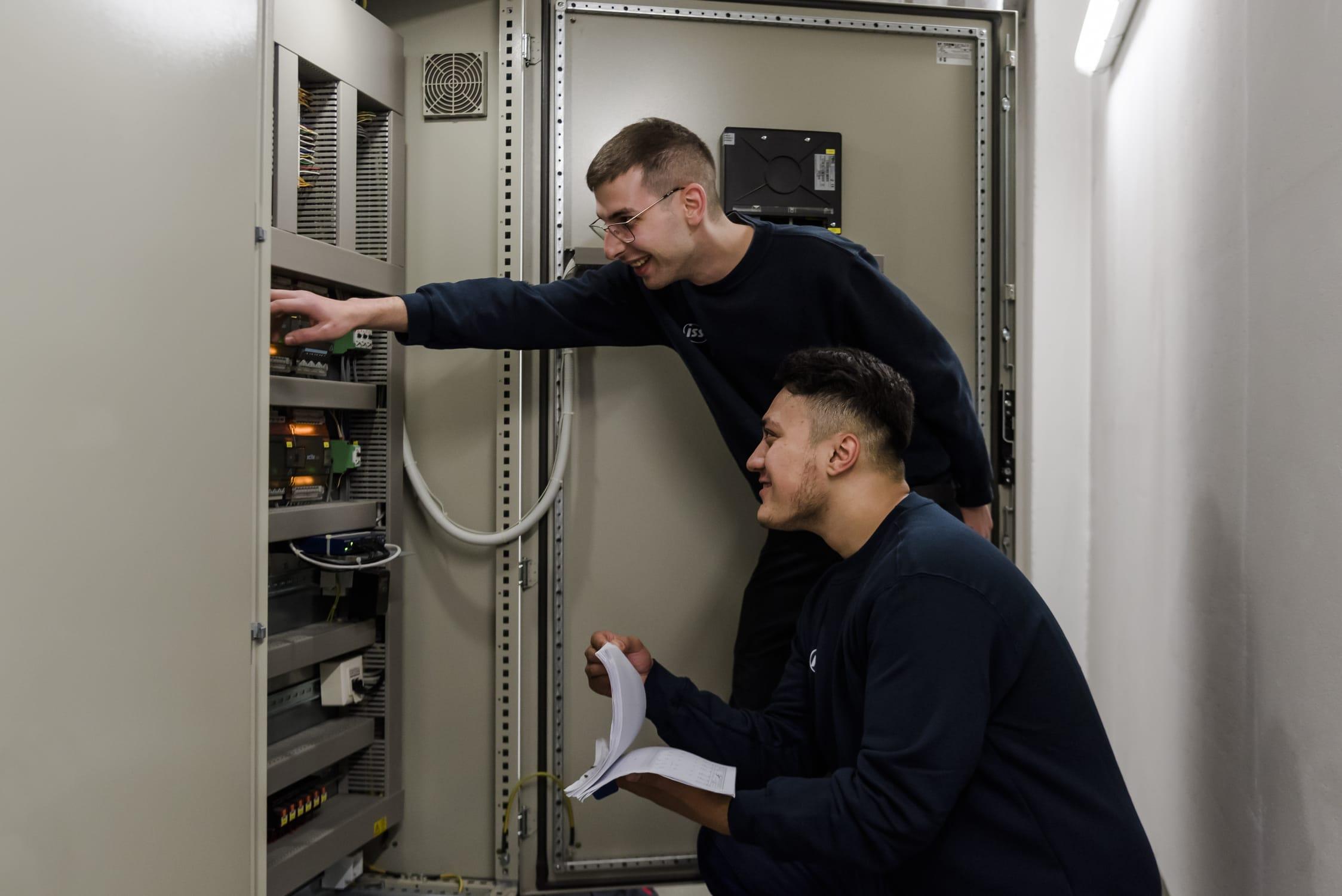 Dieses Bild zeigt zwei Lehrlinge der Elektro- und Gebäudetechnik.