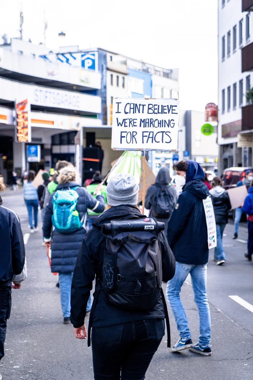 Ein Protest gegen Fake News - Forschen statt Faken.