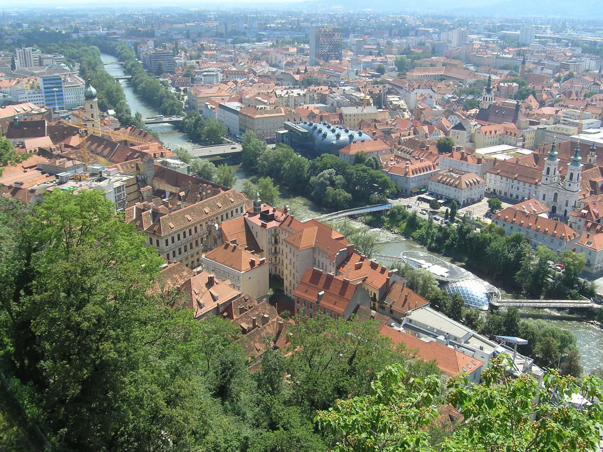 Die Mur in der Steiermark produziert Strom durch Wasserkraft
