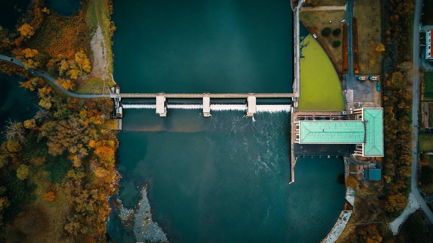 Symbolbild für ein Wasserkraftewrk, in dem Strom durch Wasserkraft entsteht