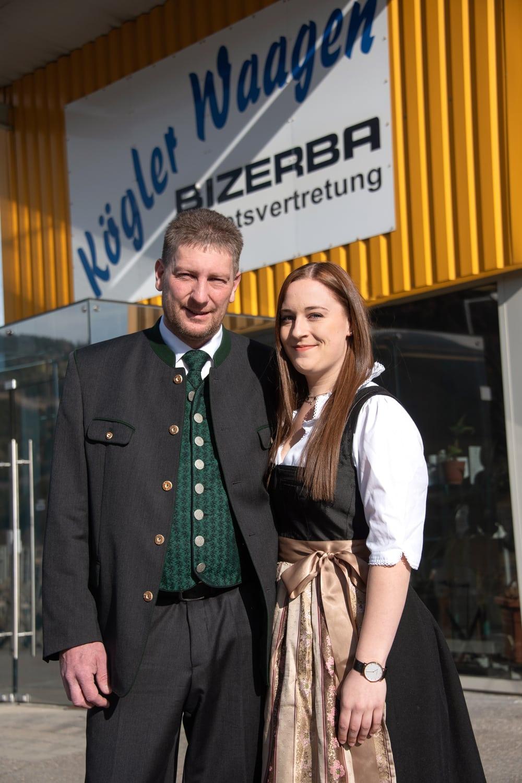 Nicole Kögler und Thomas Kögler vor dem Familienunternehmen Waagen Kögler