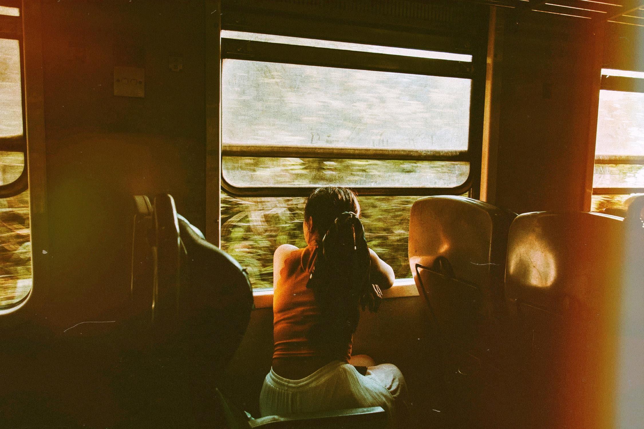 Foto von Zugreise, das Bahnindustrie in Österreich darstellen soll