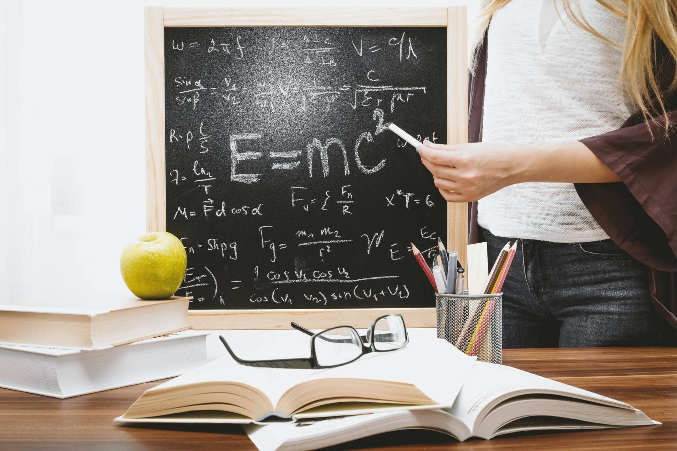Physikunterricht an der Tafel für die Oberstufe