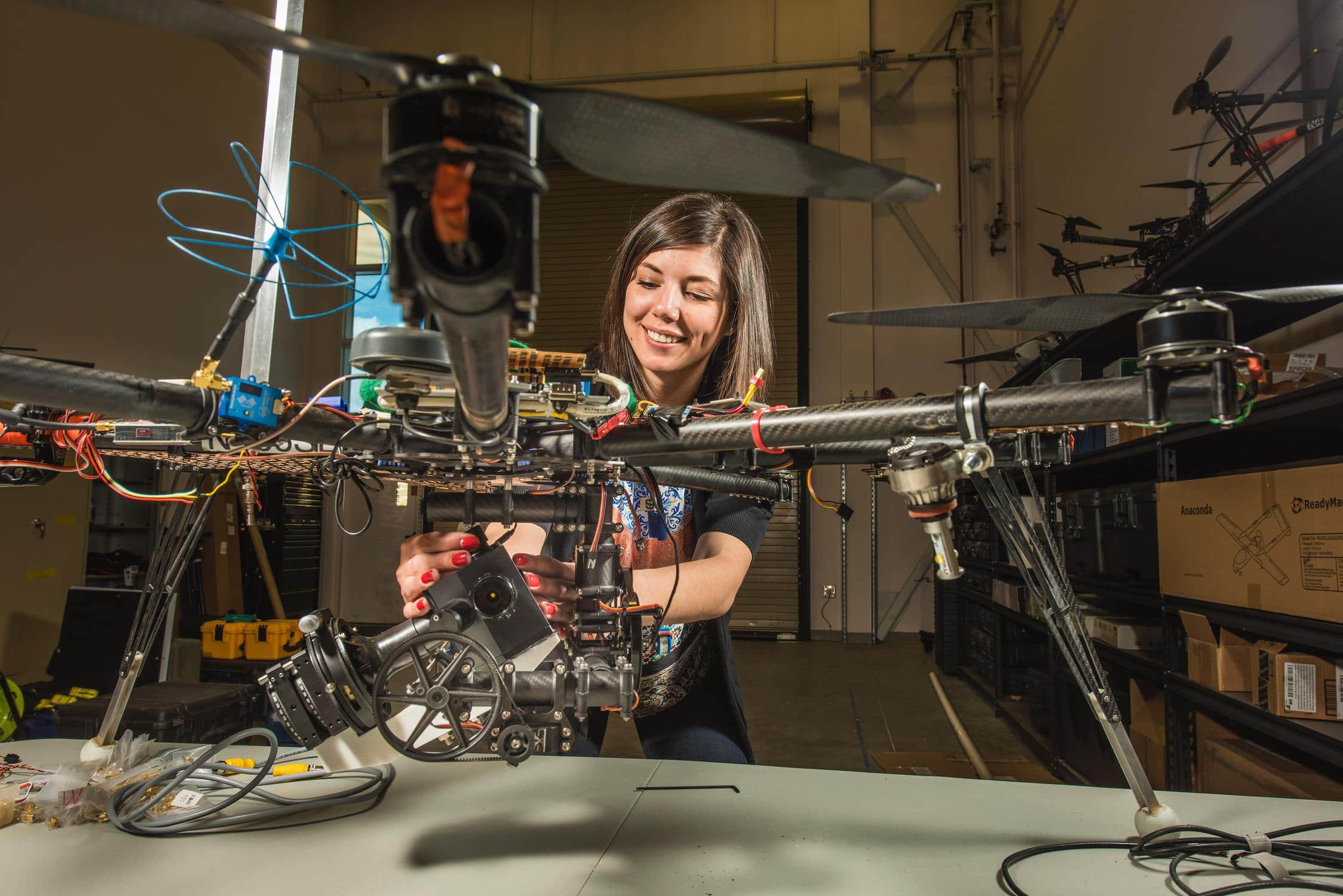 Mädchen macht eine Lehre in Elektrotechnik oder IT