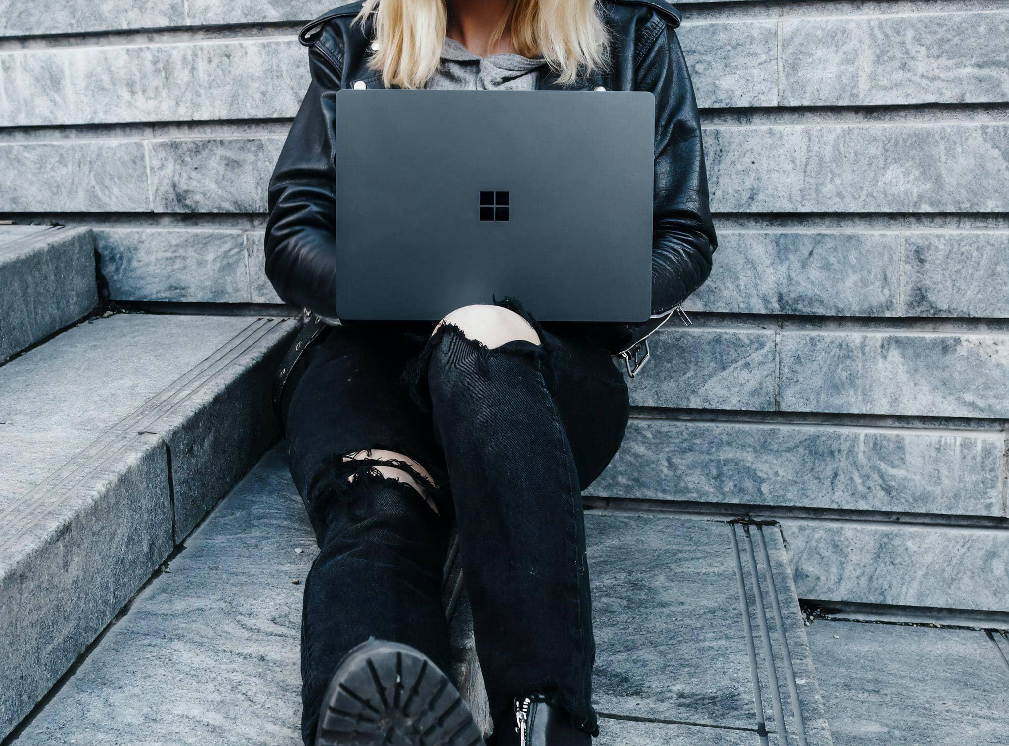 Mädchen tippt sicheres Passwort in Computer
