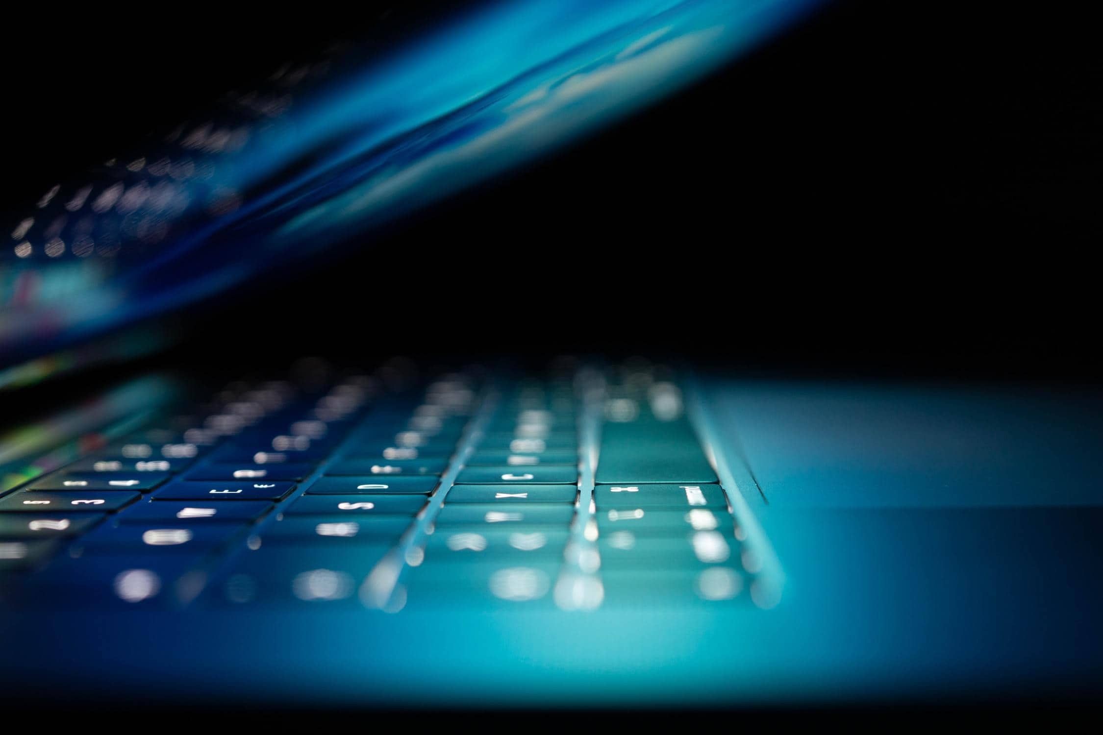 Eine Tastatur, in die ein sicheres Passwort eingegeben wird