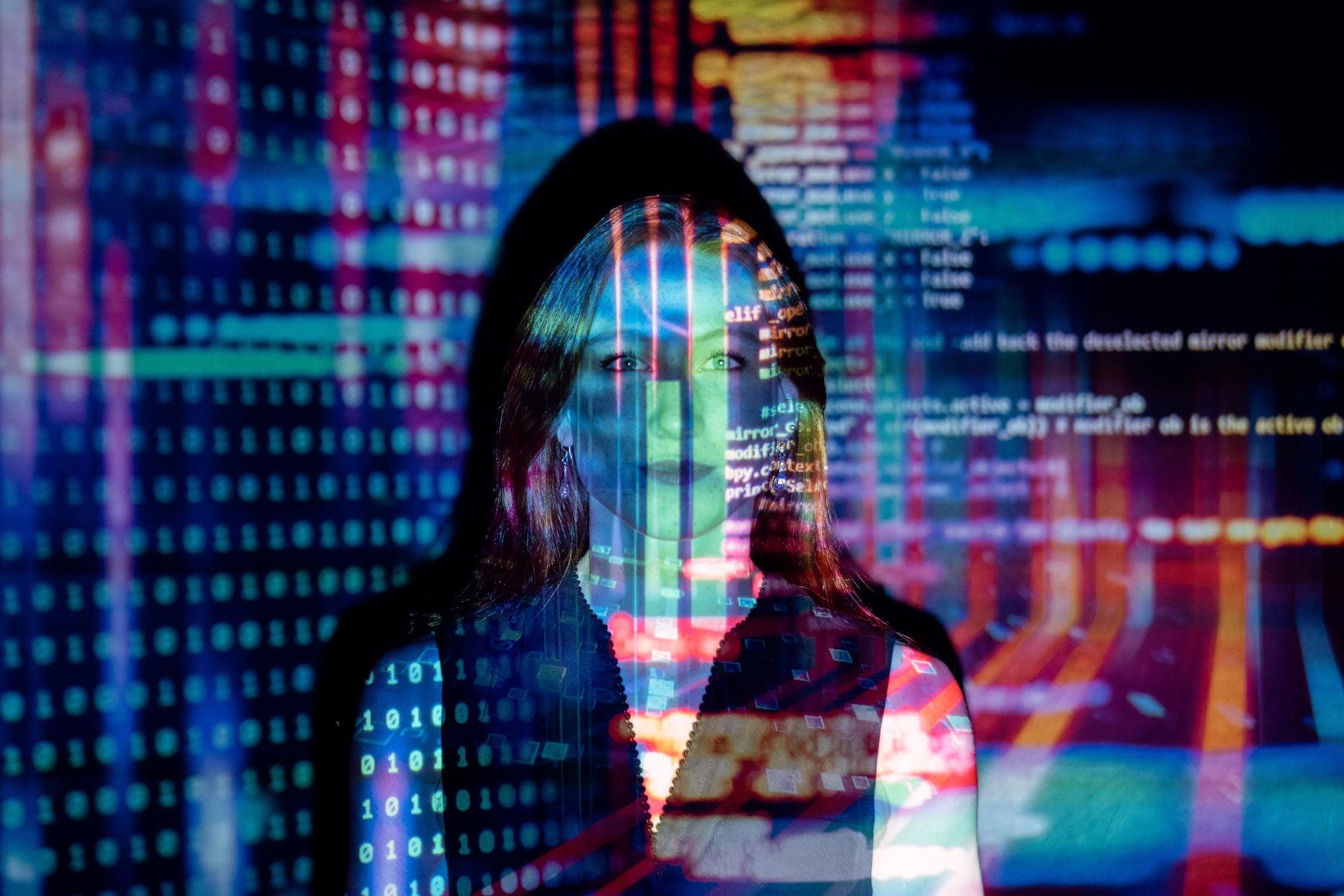 Frau zwischen Datenfeldern, was darstellt, dass man als Software Testing Engineer eine Schnittstelle ist