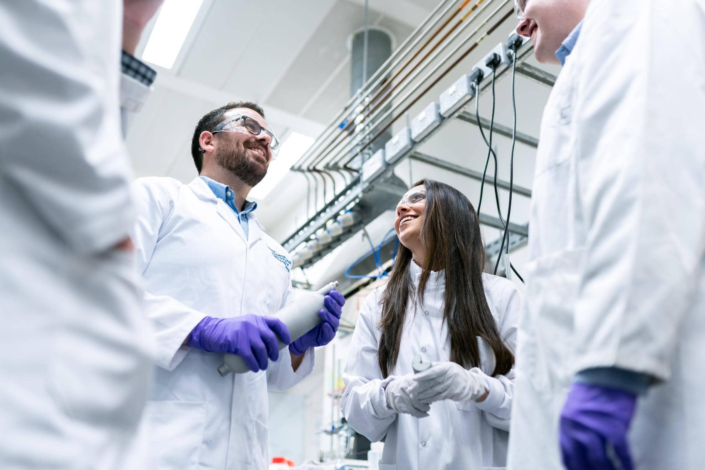 Junge Forscher*innen haben Lehre, HTL oder Studium abgeschlossen und besprechen ein Projekt