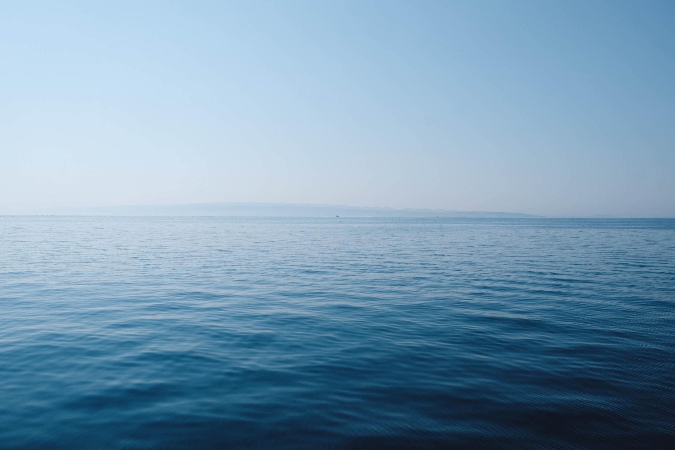 Das Meer erscheint blau, da das blaue Licht gestreut wird
