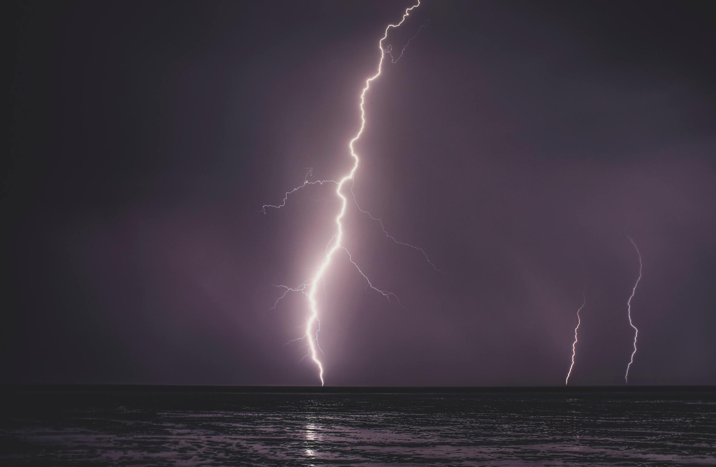 Ob die Fische bei einem Blitzeinschlag überleben ist von einigen Faktoren abhängig