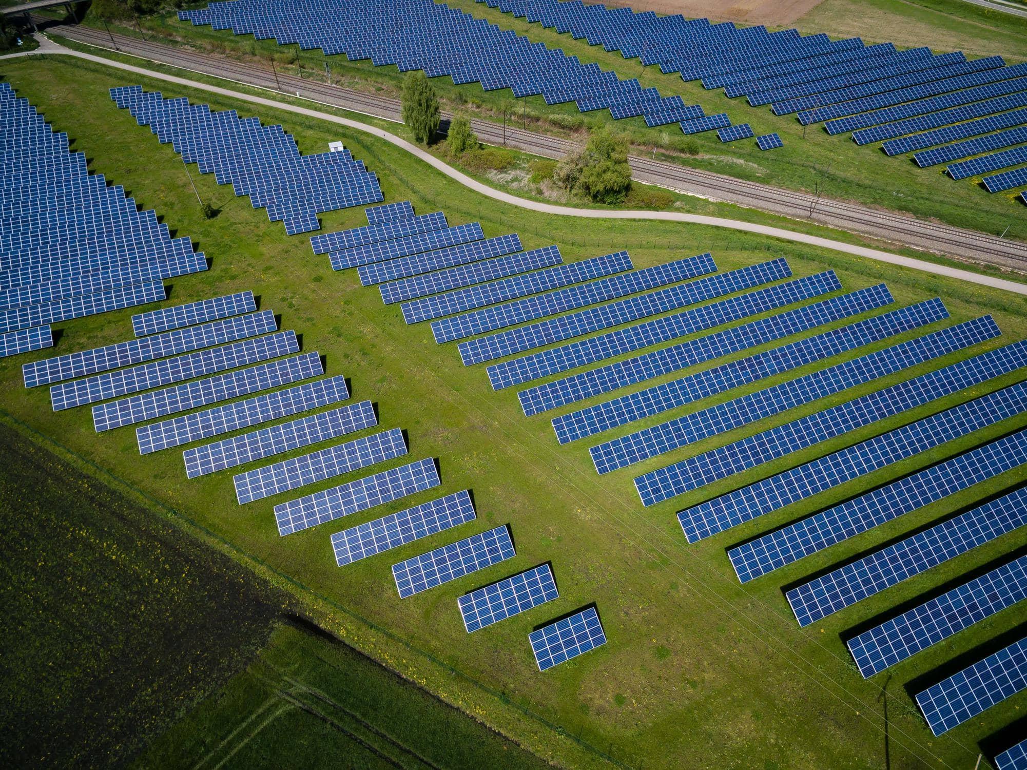 Solar panels auf einem Feld
