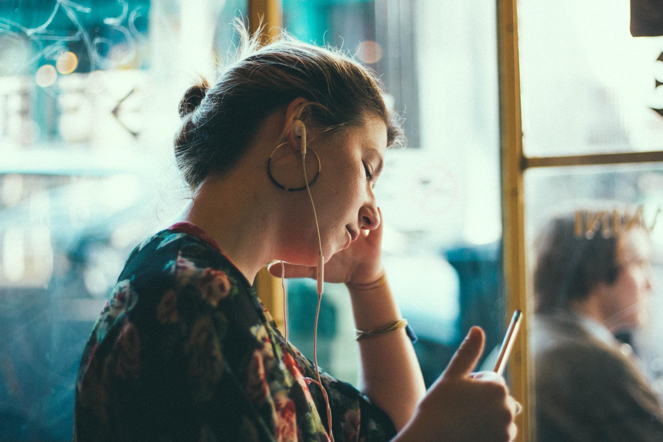 Frau mit weißen Kopfhörern