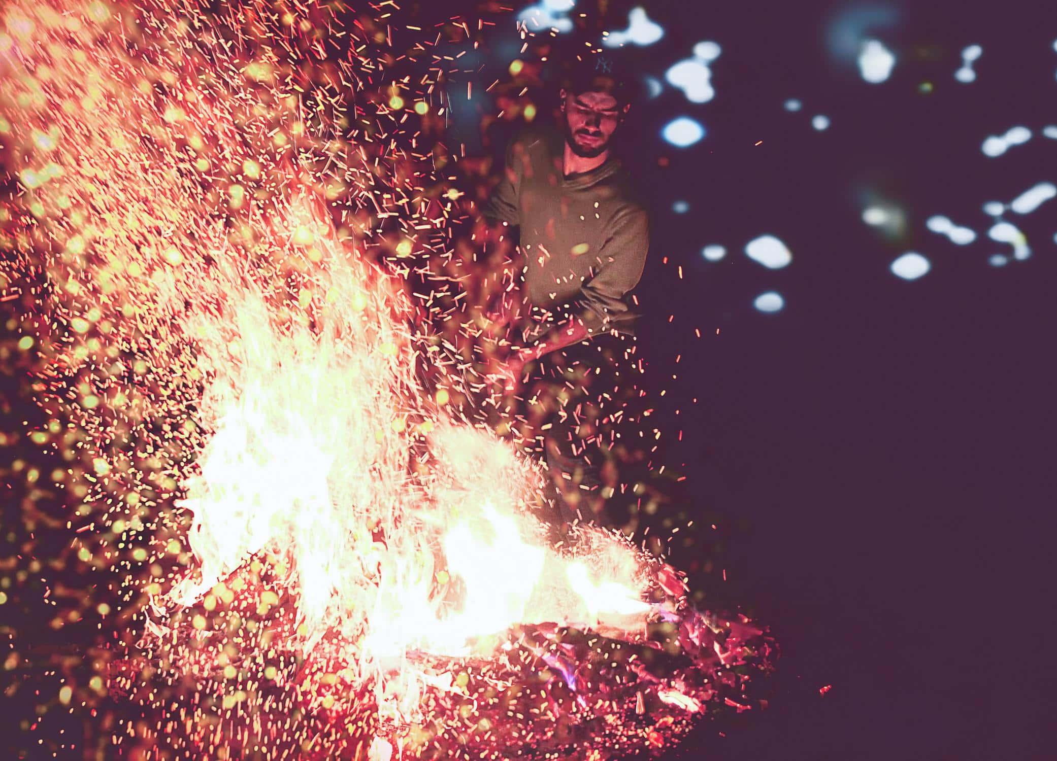 Die Reaktion von Schnee und Feuer, verhält sich ähnlich wie Wasser und heißes Öl.