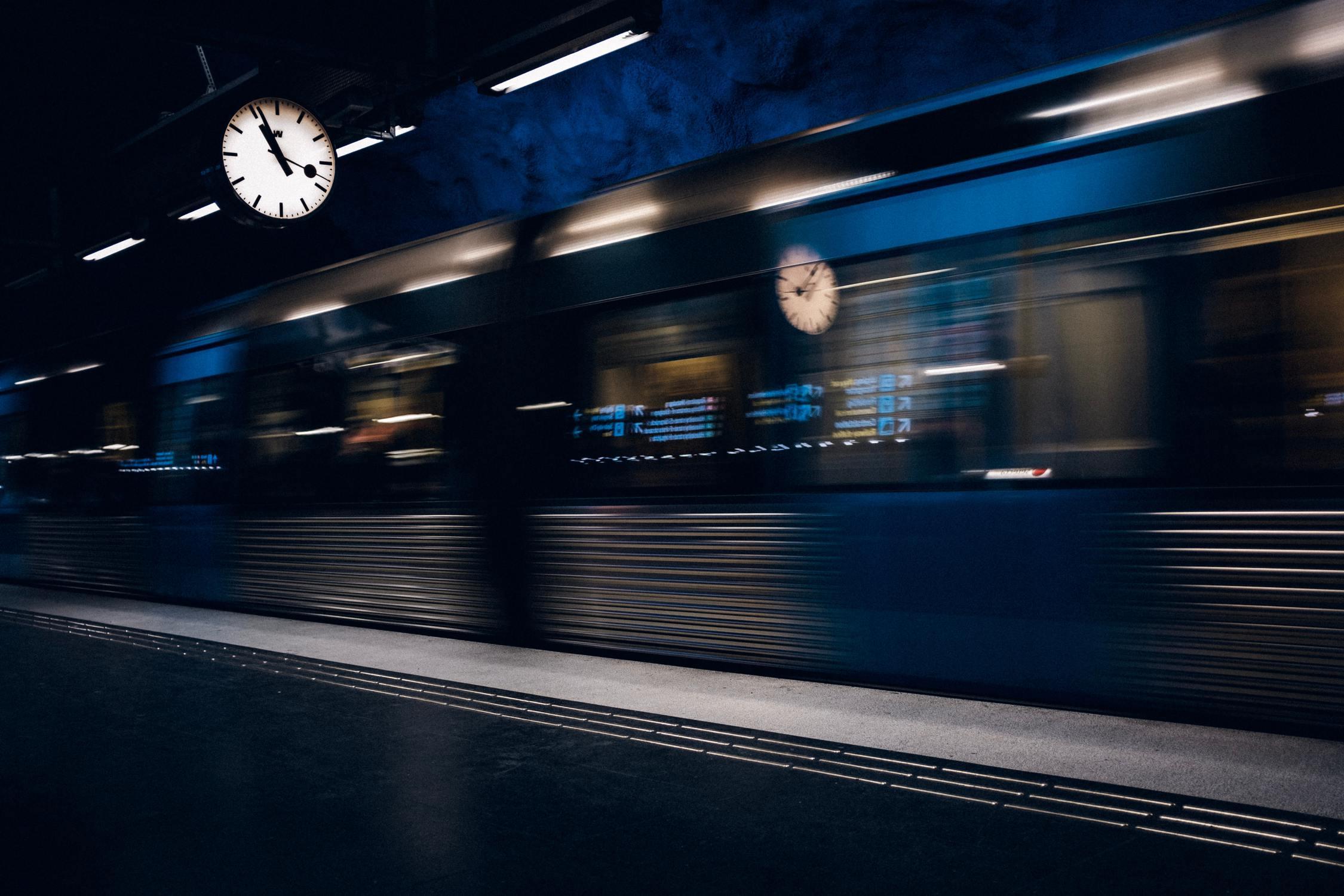 Bei den Bahnsteiguhren handelt es sich um sogenannte Minutensprunguhren.