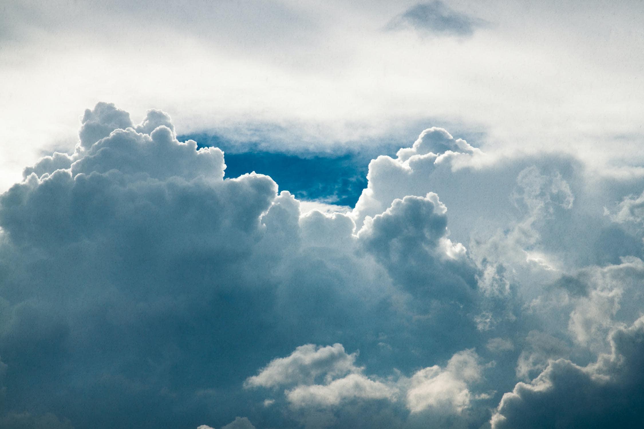 Wolken entstehen durch Kondensation von Wasser
