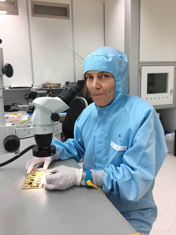 Irmgard Jernej, Technikerin für Weltraumforschung, bei der Arbeit