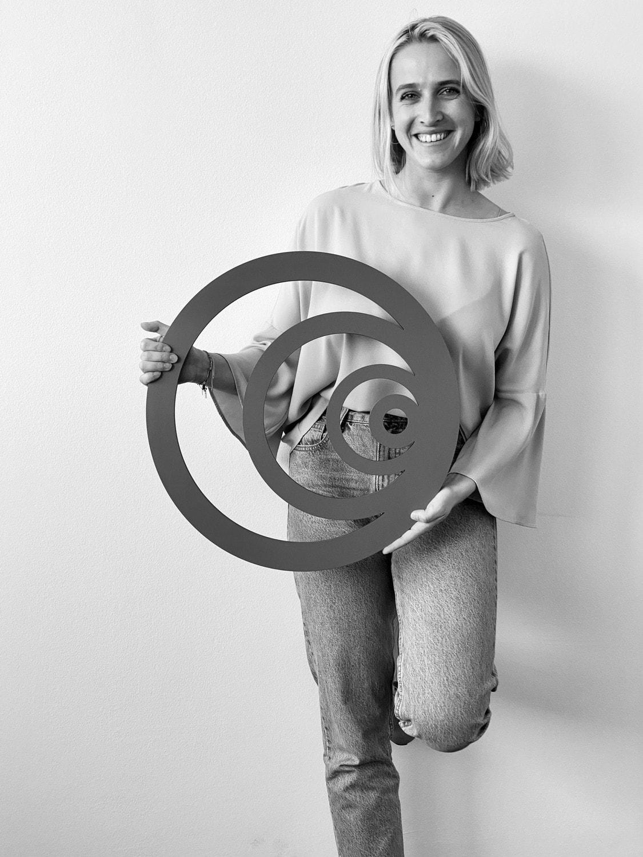 Foto von Maximiliane Resch, Trainee bei enspired, mit Logo