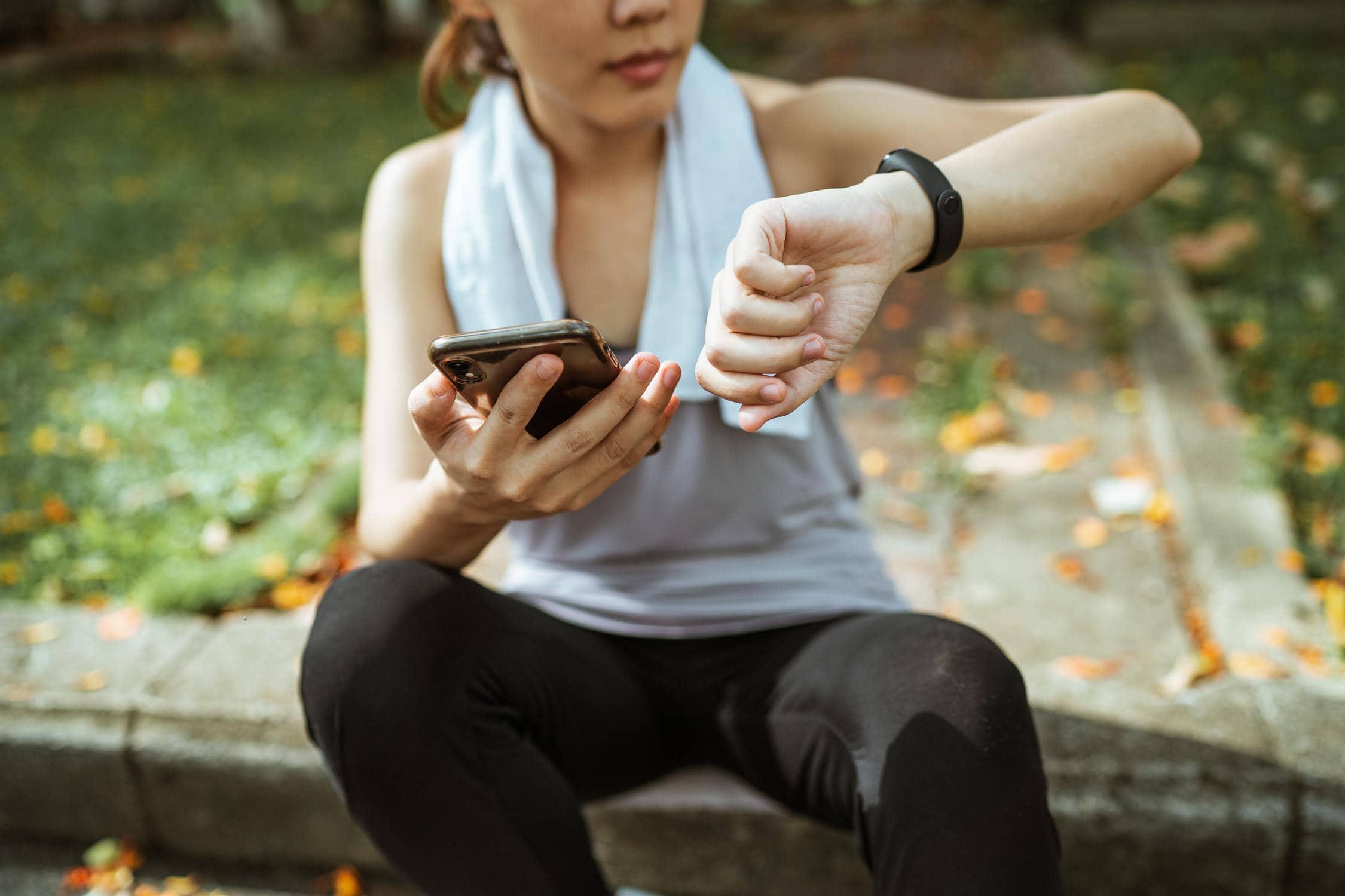 Mädchen informiert sich auf App, wann nächstes Gewitter kommt