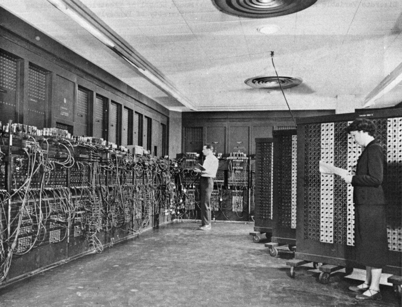 Schwarzweißfotografie von ENIAC, dem ersten Computer der Welt