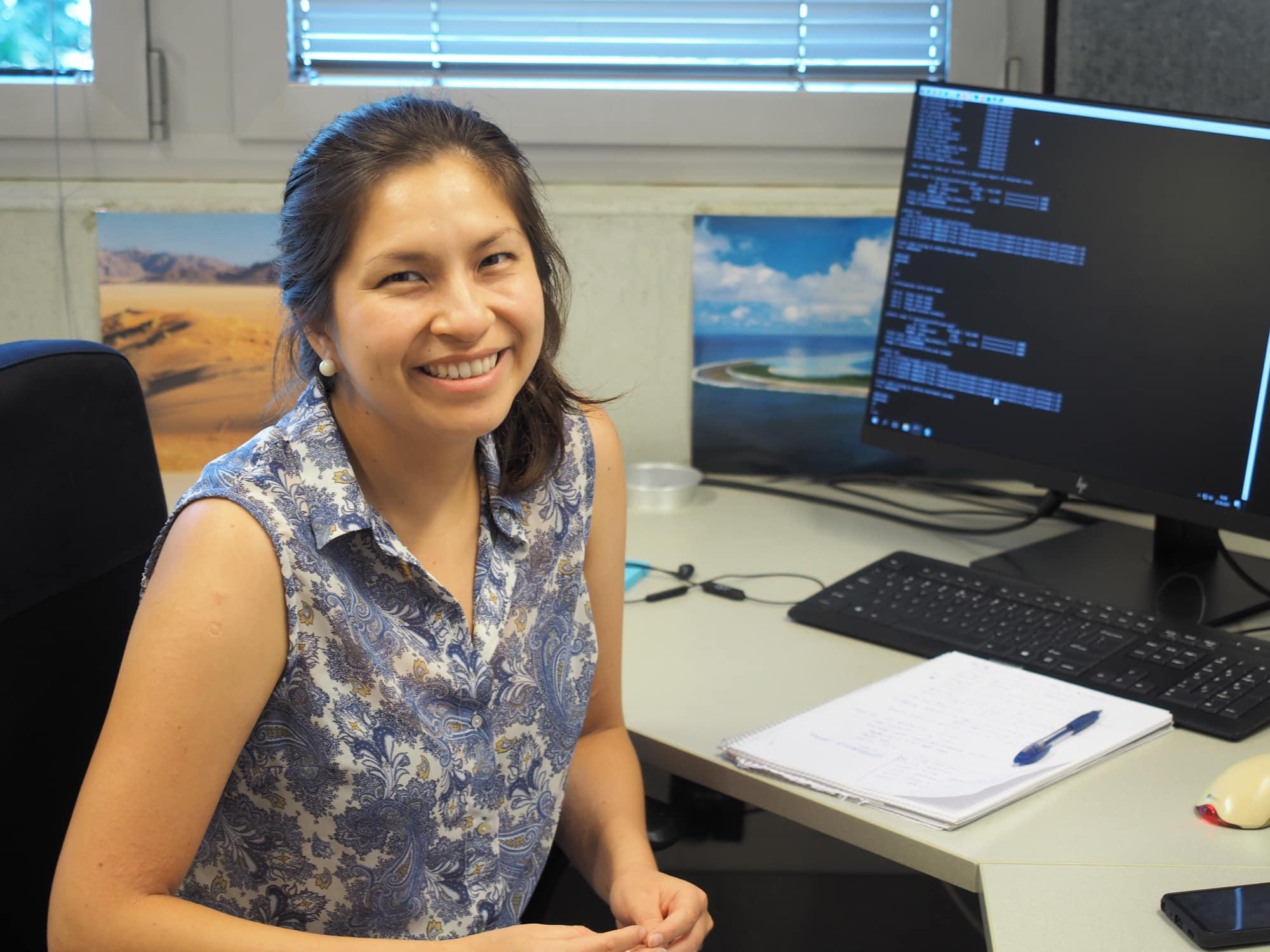 Andrea Stefania Acaro Narvaez, Testingenieurin für Weltraum-Hardware am IWF vor dem Computer am Arbeitsplatz