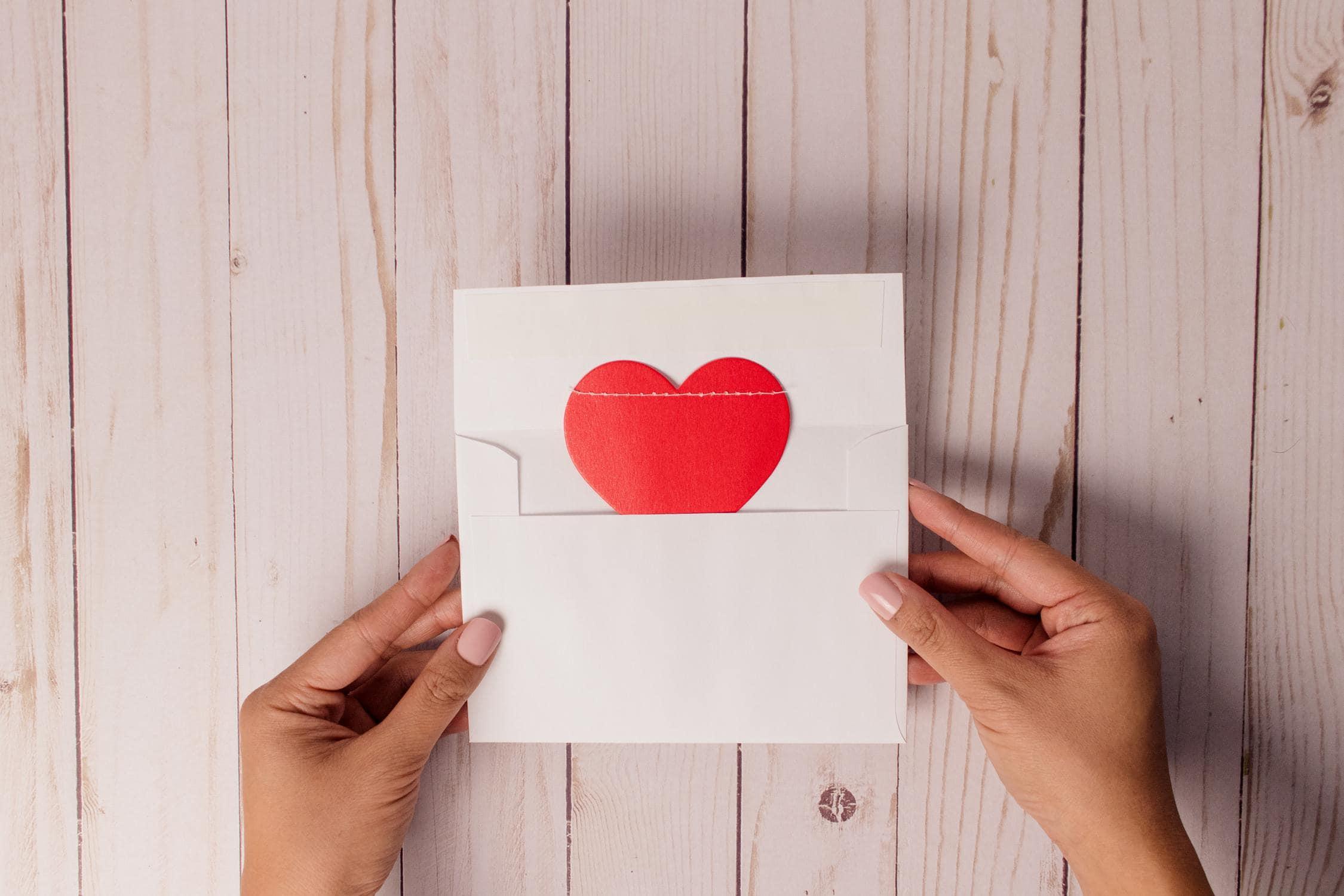 """Fotografie eines Liebesbriefes in zwei Händen, der auf Virus """"Love Letter"""" verweisen soll"""