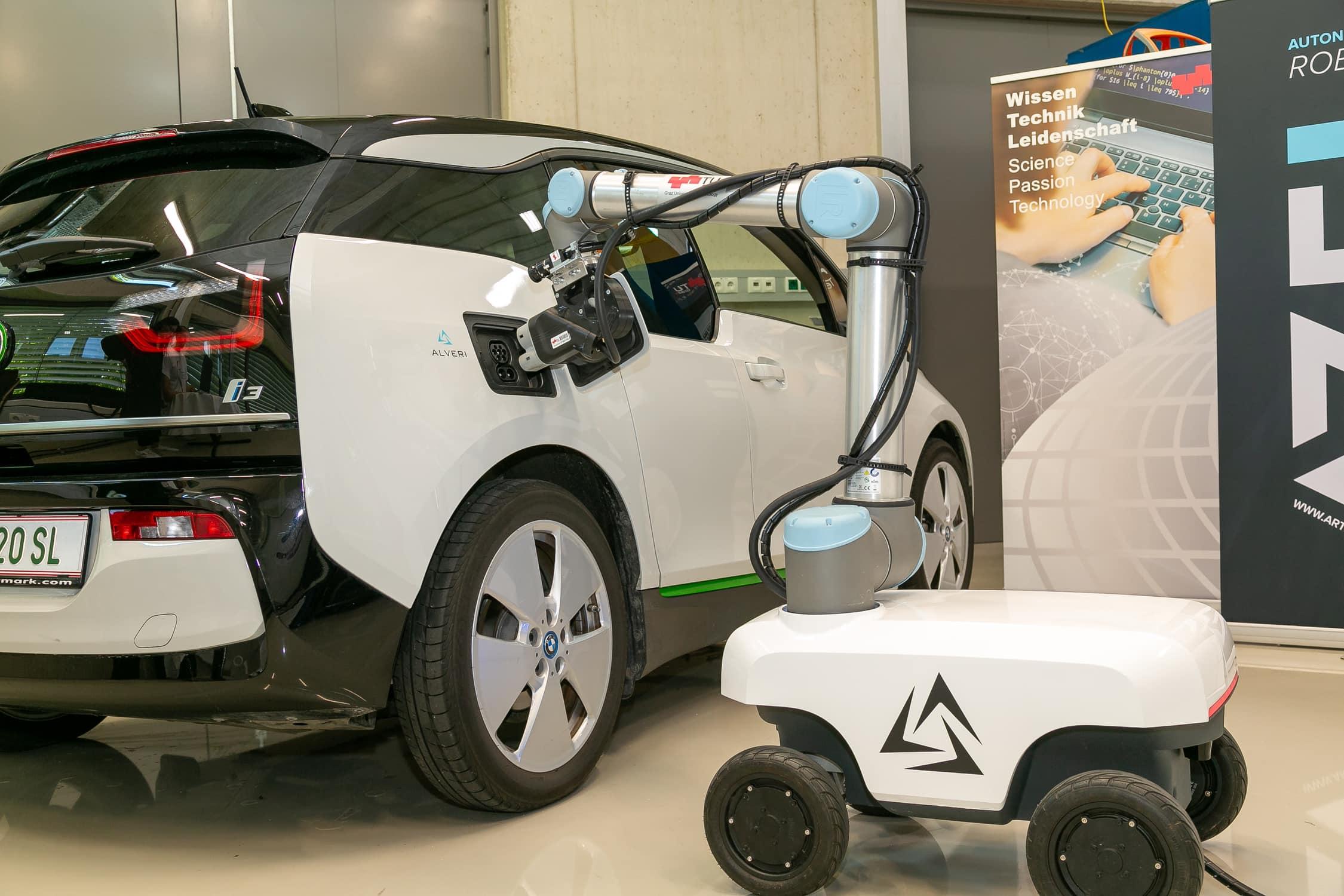 Mobiler Laderoboter der TU-Graz, fotgrafiert beim Aufladen eines Elektroautos