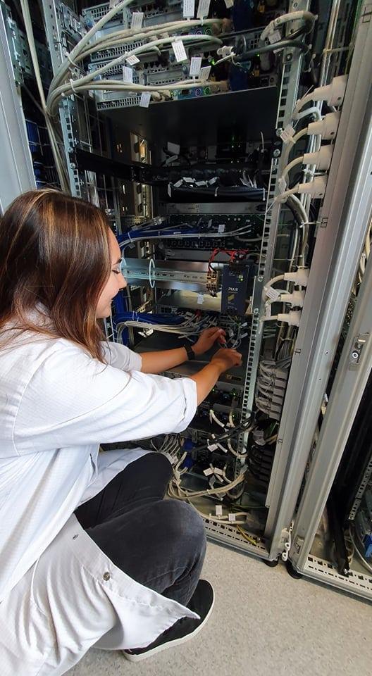 System-Engineer Jennifer Kurz von Frequentis bei der Arbeit