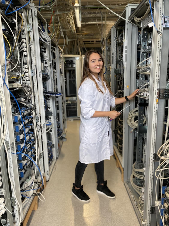 Jennifer Kurz, System-Engineer von Frequentis, bei der Arbeit mit Kabeln