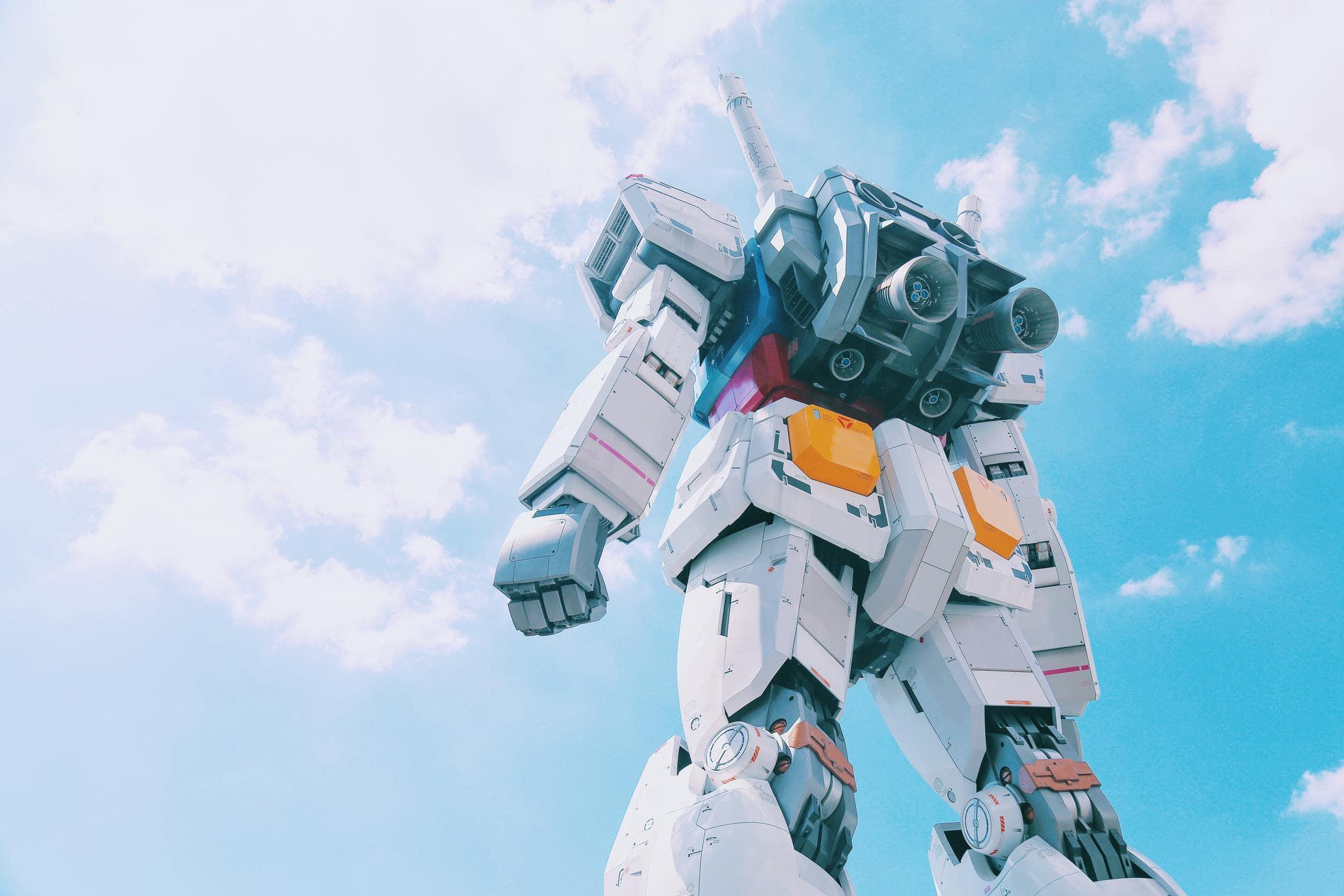 Spielzeugartiker Roboter zu sehen aus Froschperspektive vor blauem, sonnigem Himmel als Hintergrund